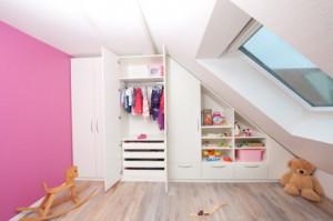 Schrank unter Schräge in Kleiderzimmer